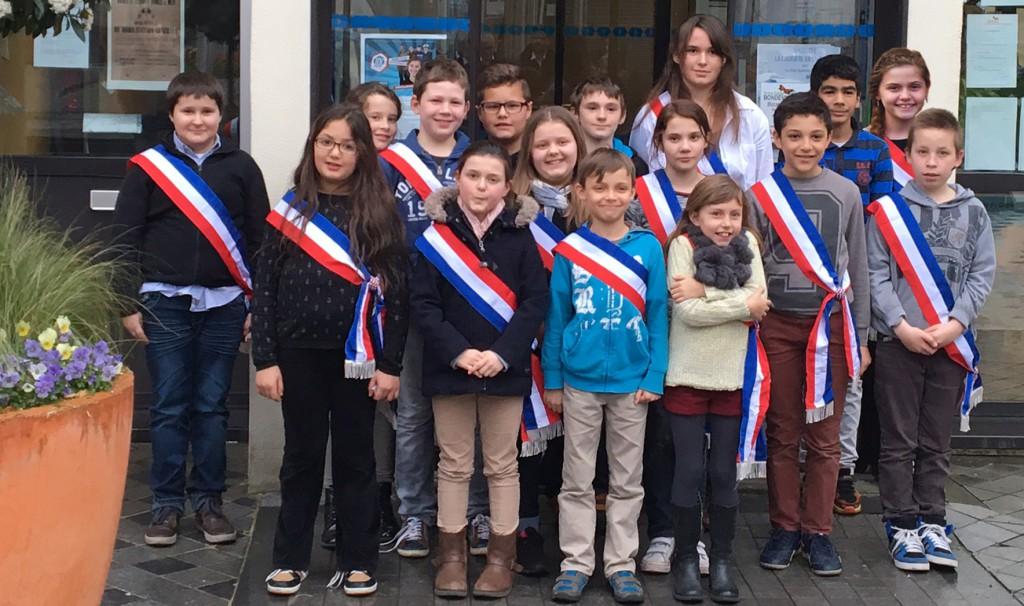elus_CMEJ_devant_mairie